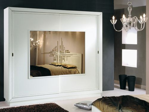 Белый шкаф в интерьере квартиры
