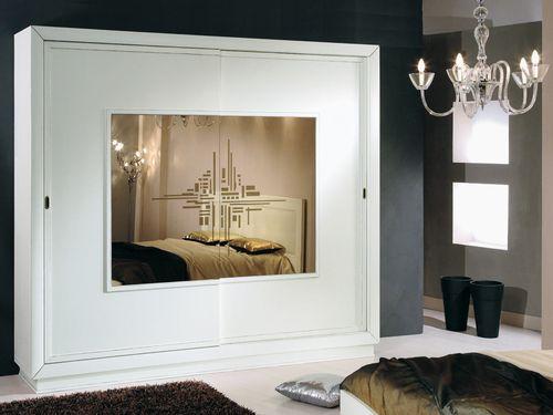 Белый шкаф с зеркалом