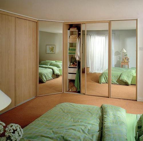 Зеркальный шкаф в спальне