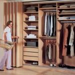 Шкаф со складными дверями: виды, размеры, преимущества