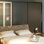 Встроенные шкафы в спальне: экономия пространства