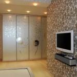 Красивые зеркальные шкафы в гостиной: расширяем пространство