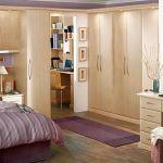 Какие удобства дают встроенные шкафы в спальне