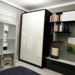 Черно-белый шкаф купе в интерьере квартиры