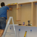 Как повесить кухонные шкафы: рекомендации мастера